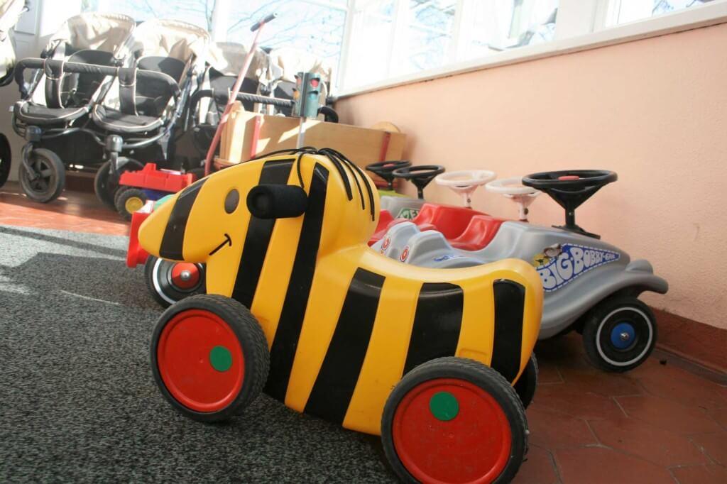 Nahaufnahme von Rutsch-Fahrzeugen und Kinderwagen