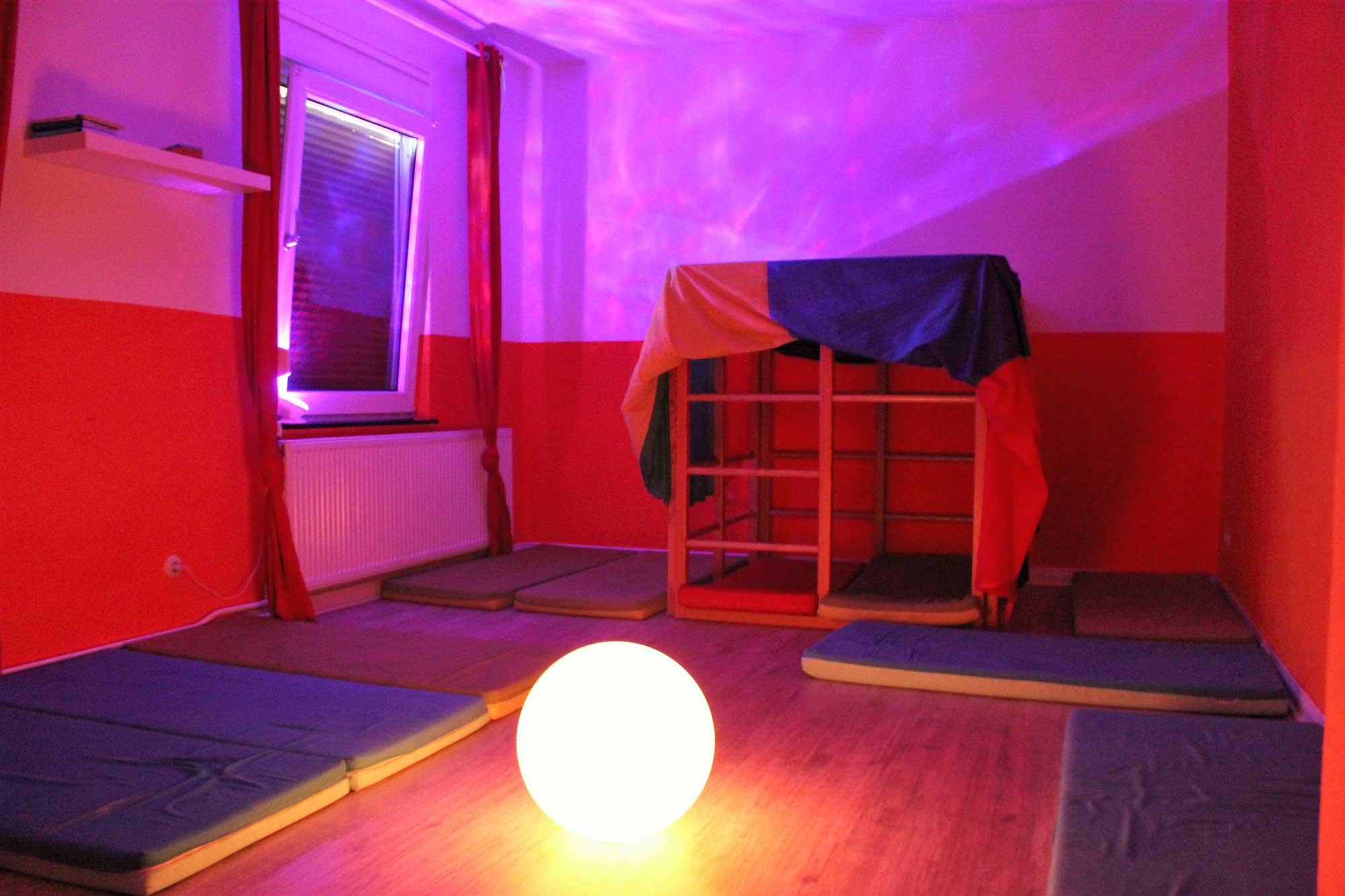 Abgedunkelter Raum mit Matratzen auf dem Boden