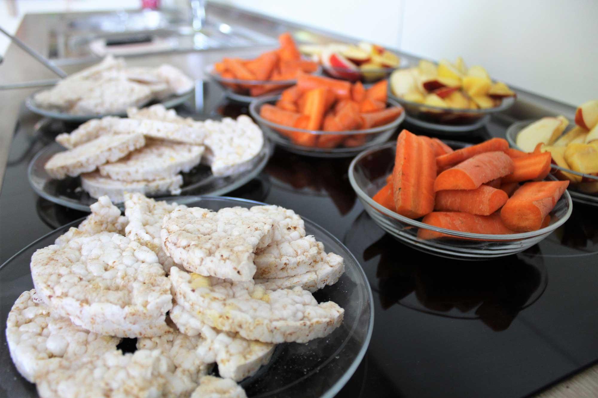 Snacks in Schälchen aus Möhren, Äpfeln und Reis