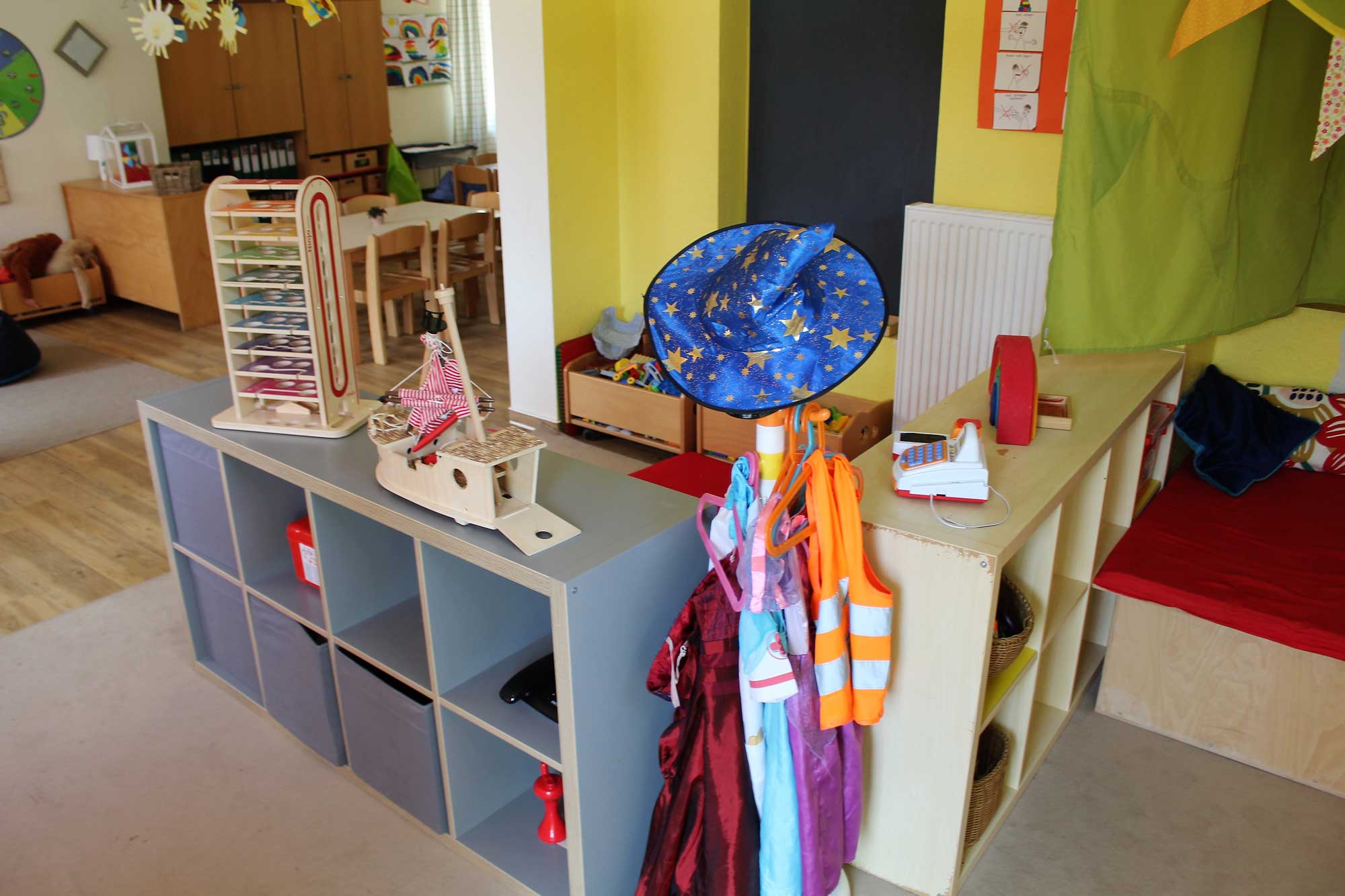 Spielbereich des Kindergartens mit Kostümen