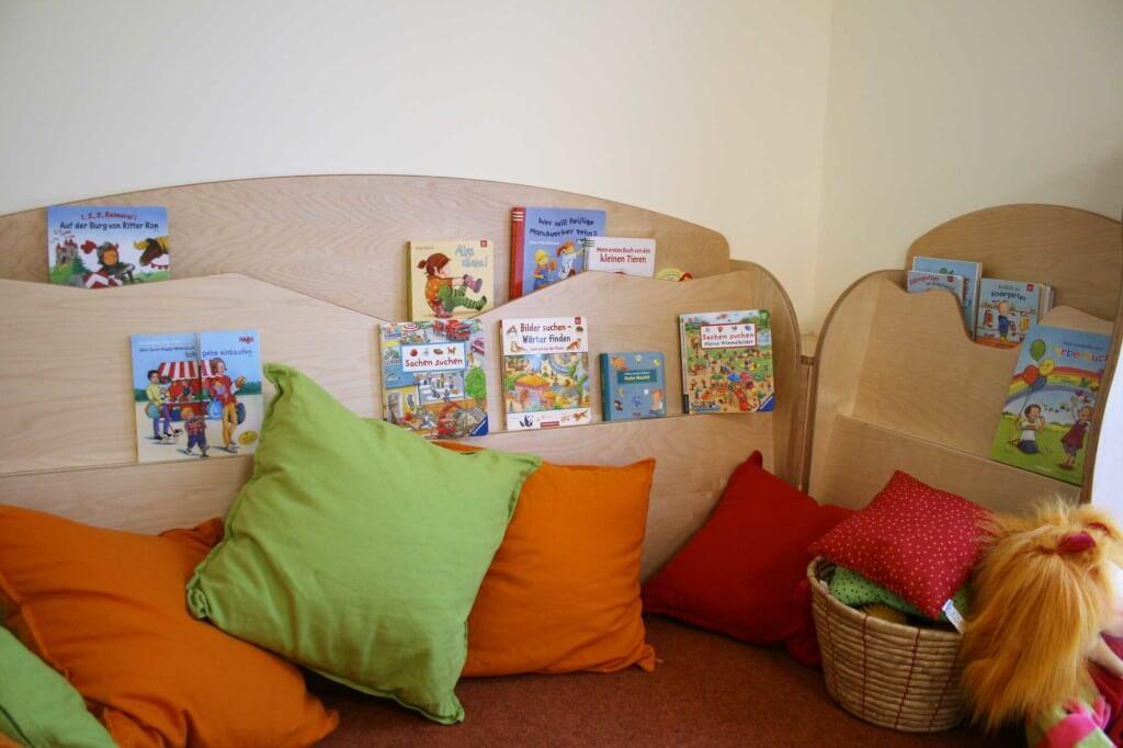 Eine Leseecke mit Kuschelkissen und Büchern