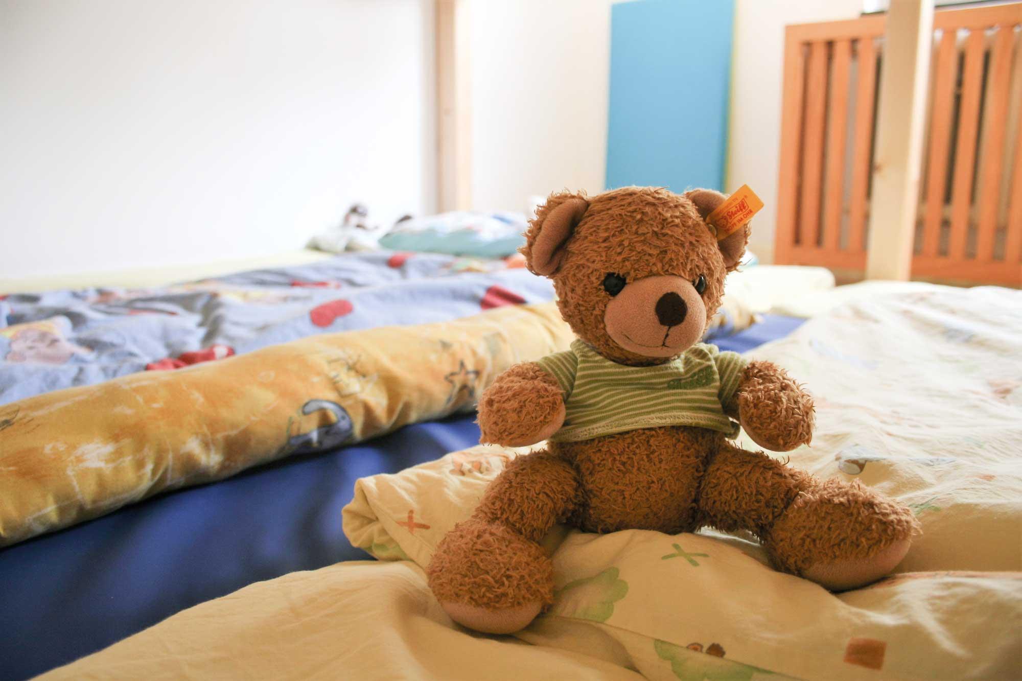 Nahaufnahme eines Teddy Bären auf Schlafplätzen
