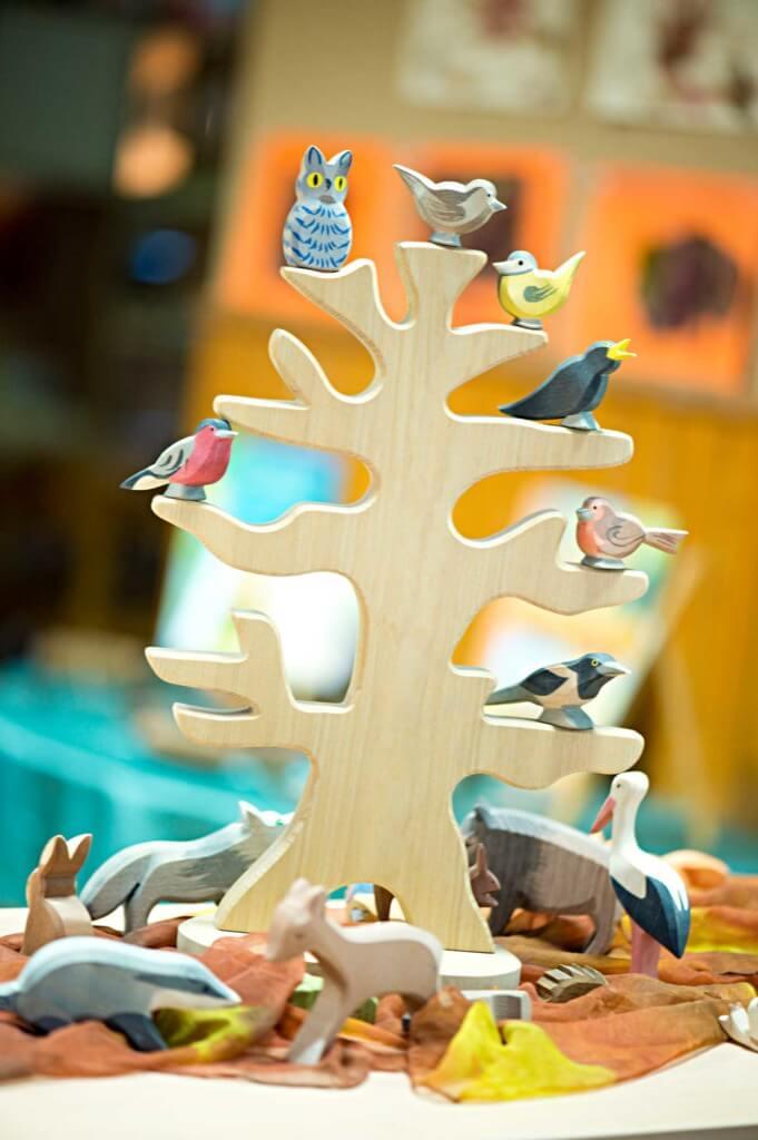 Ein Holzbaum mit Holzvögeln und anderen Tieren