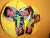 Zwei von Kindern gebastelte Gefühlsräder mit Fotos verschiedener Emotionen