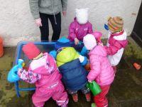 Kindergartenkinder spielen in der Matschküche