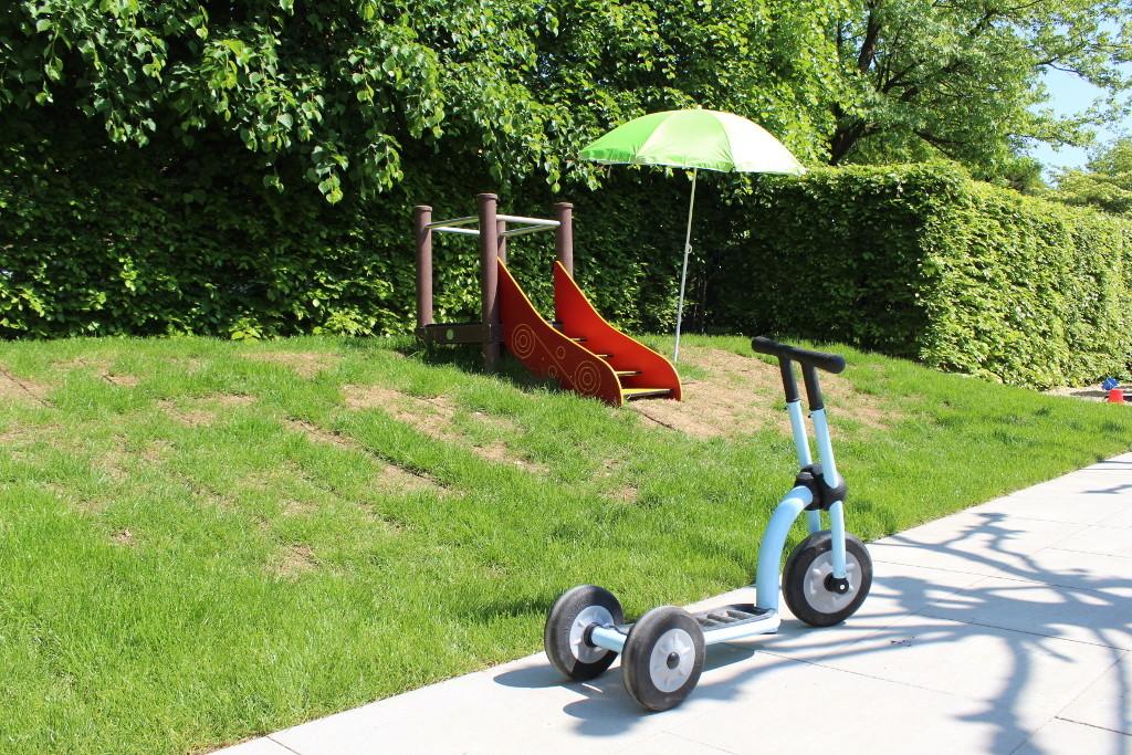 Ein Laufroller auf dem Kinderspielplatz des Charly's Kinderparadies Bad Iburg