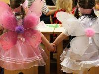 zwei Mädchen als Feen verkleidet halten ihre Hände