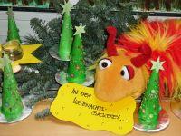 Ein Plüschtier hält einen Zettel im Mund neben Weihnachtsdeko