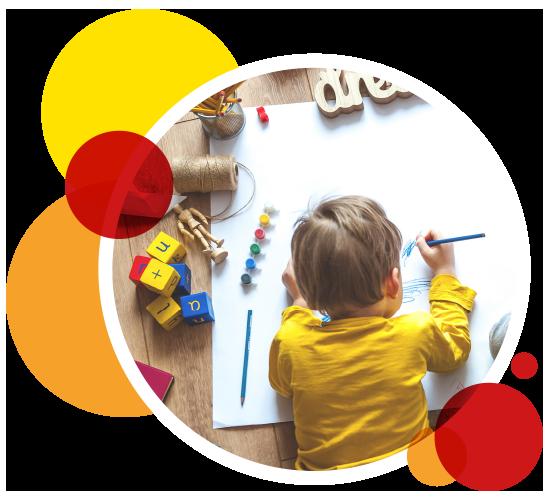Rundes Bild eines auf dem Boden liegenden, malenden Kindes