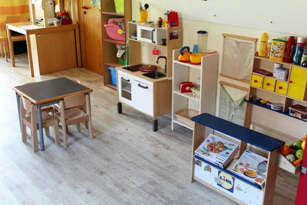Spielbereich mit Puppenküche und Kaufmannsladen
