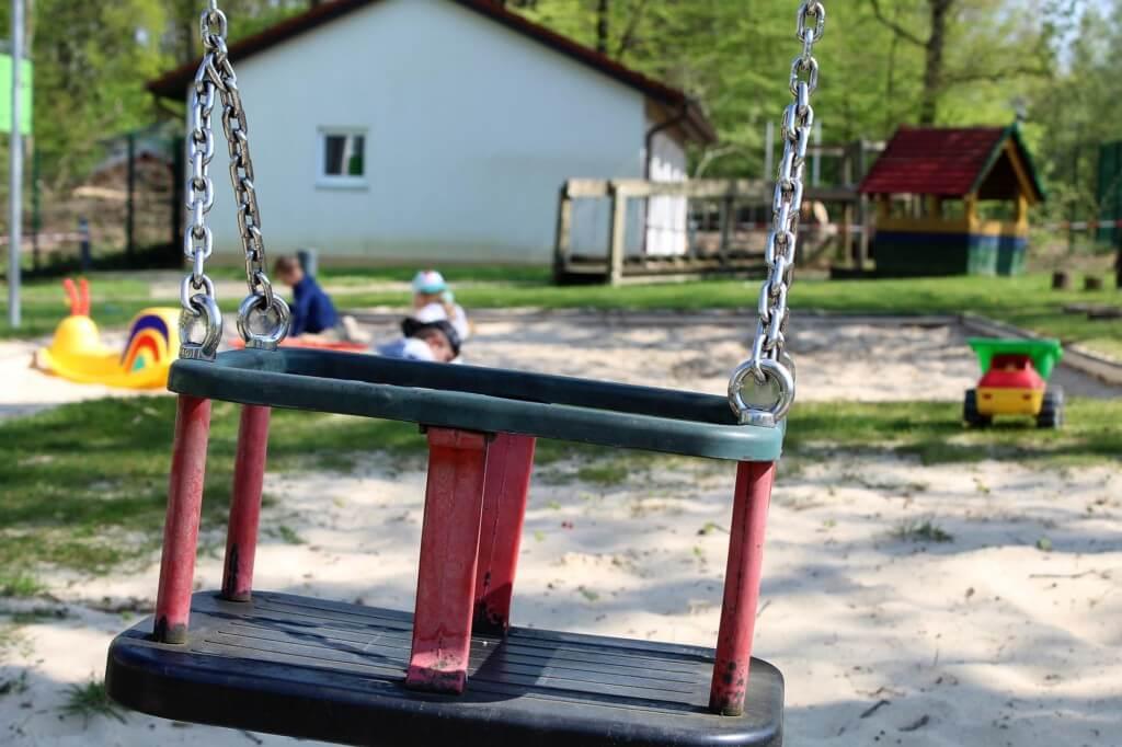 Detailaufnahme einer Kinderschaukel auf dem Spielplatz des Kindergartens