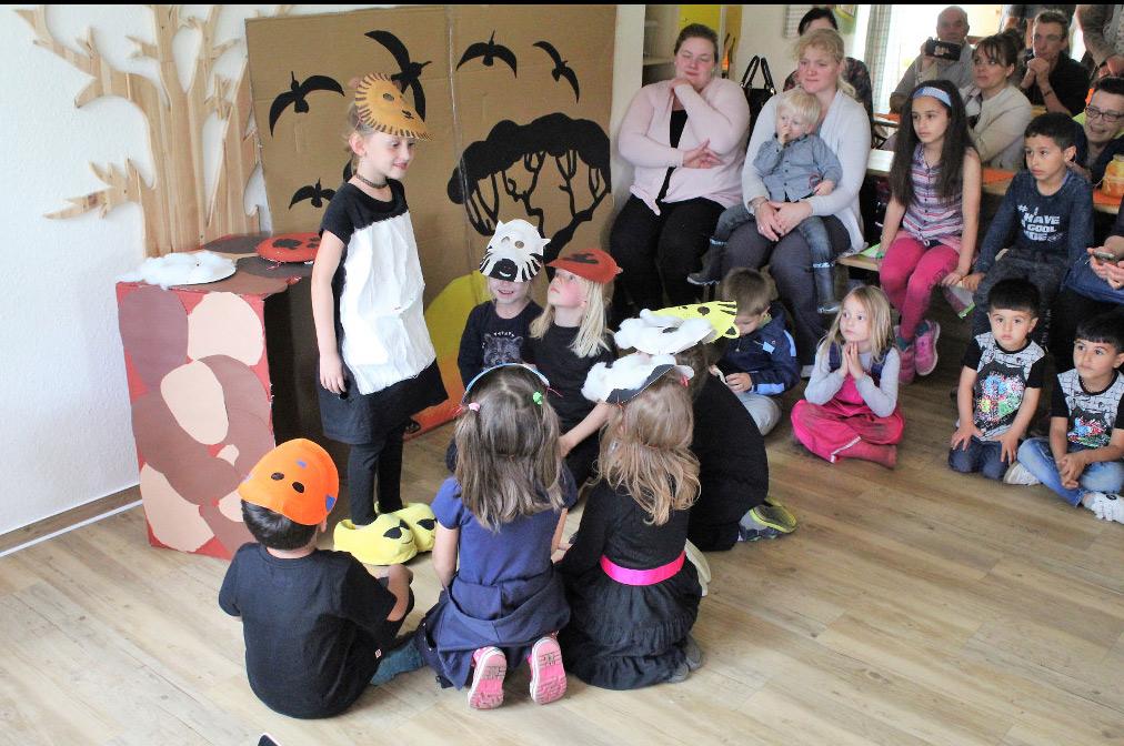 Schulkinder führen ein Theaterstück auf