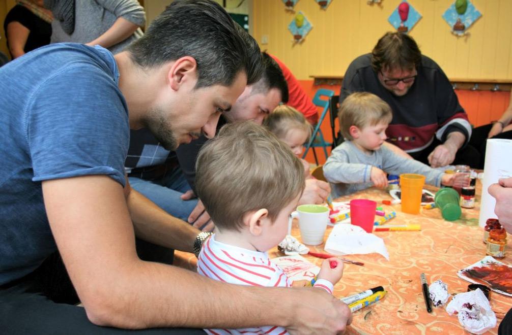 Väter und Kinder basteln gemeinsam
