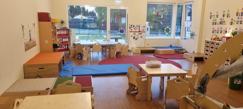 Ein Kindergartenraum mit Turnmöglichkeit