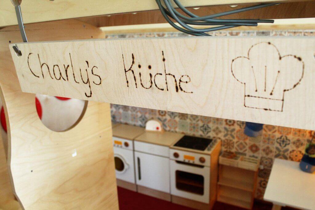 """Holzschild mit dem Titel """"Charlys Küche"""""""
