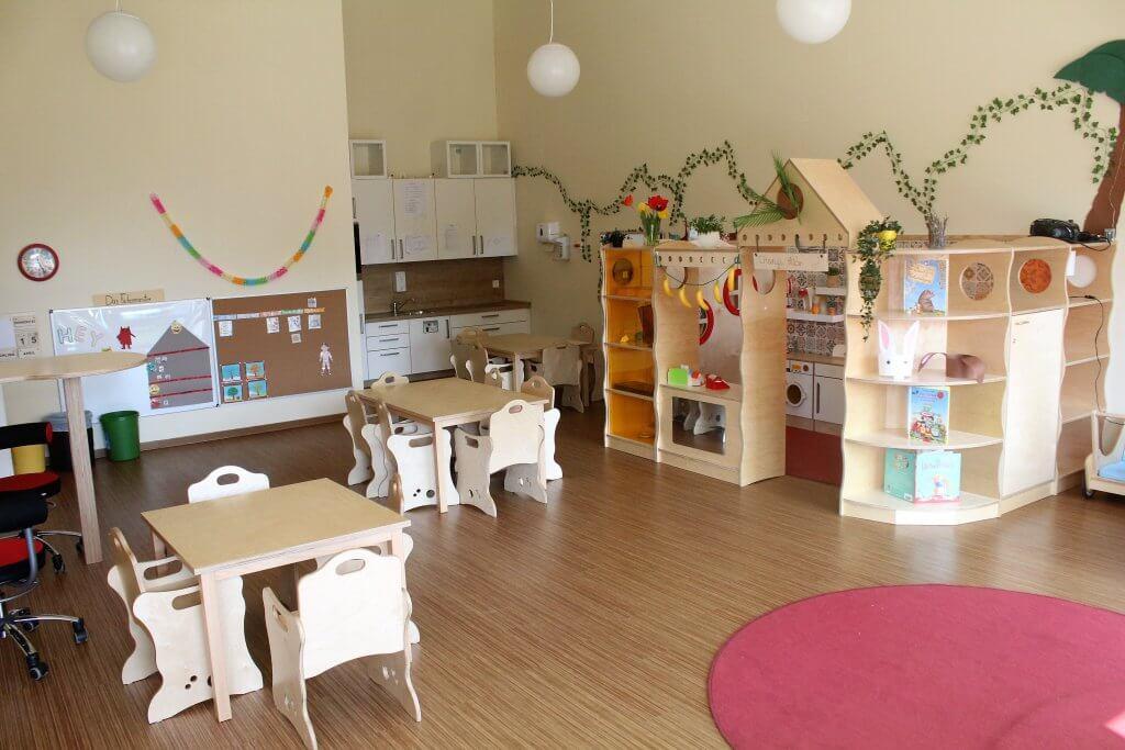 Kindergartenraum mit Sitz- und Spielmöglichkeiten