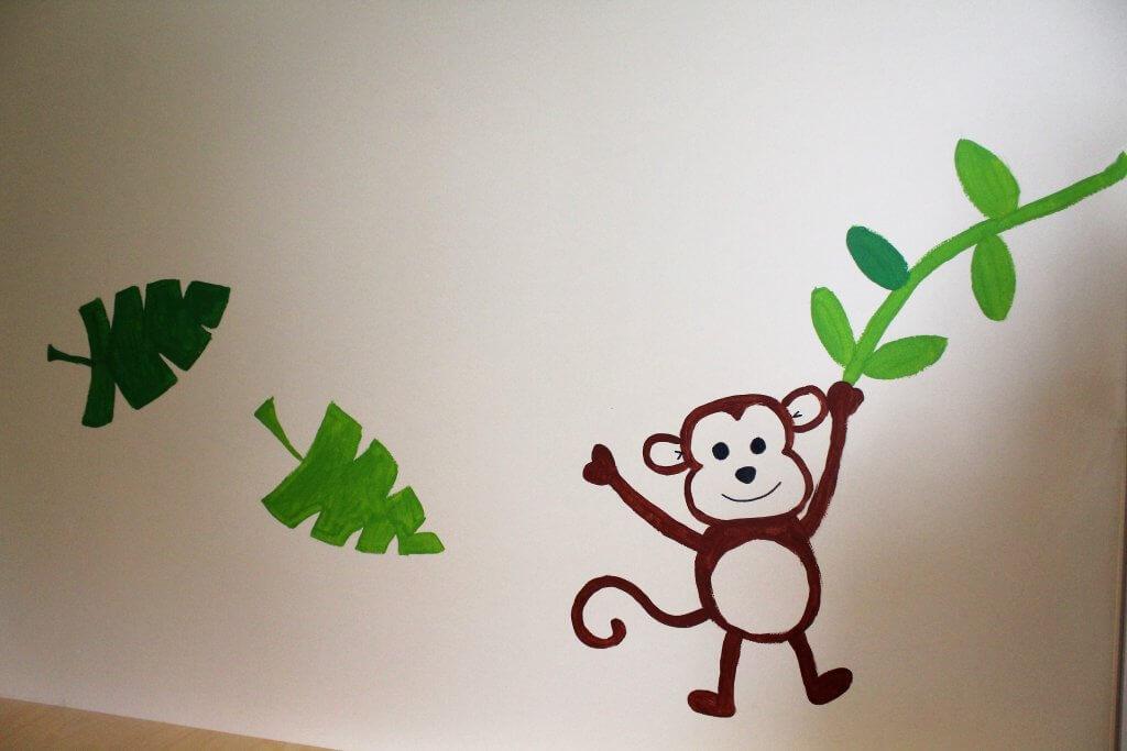 Ein Wandbild eines schwingenden Affens