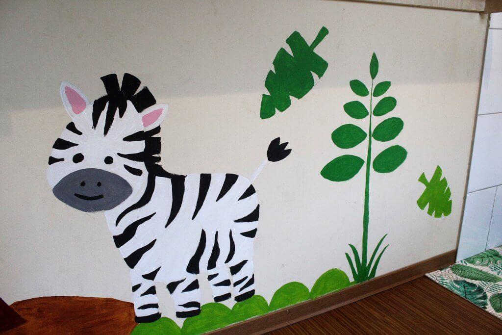 Ein Wandbild eines Zebras