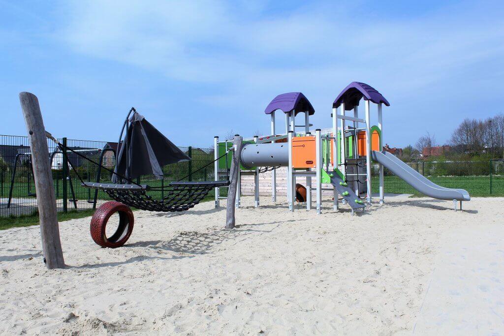 Spielplatz des Kinderparadies mit Spielturm und Hängeschaukel