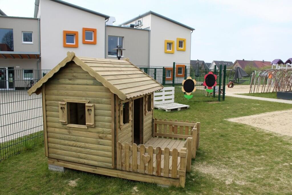 Ein Holz Spielhaus auf dem Spielplatz des Charly'y Kinderparadies