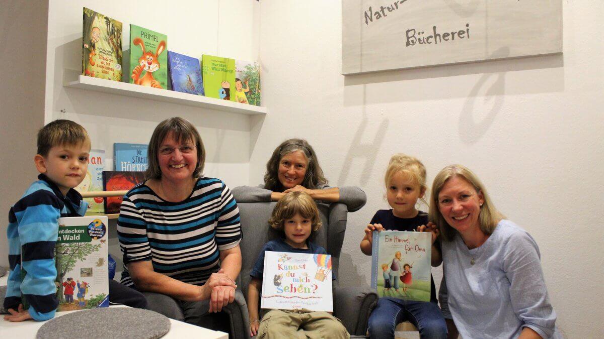 Kinder und Betreuerinnen in der Natur- und Erlebnis Bücherei